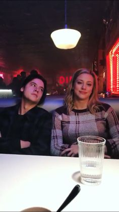 Image discovered by ↠αιλενε↞. Find images and videos about riverdale, netflix and cole sprouse on We Heart It - the app to get lost in what you love. netflix Jughead&Betty 💖 shared by ↠αιλενε↞ on We Heart It Bughead Riverdale, Riverdale Funny, Riverdale Memes, Riverdale Netflix, Watch Riverdale, Riverdale Fashion, Betty Cooper, Archie Comics, Riverdale Betty And Jughead