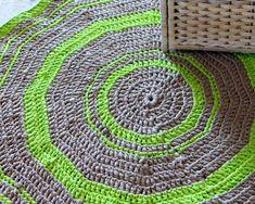Gestrickte Teppiche-Ideen grün-grau MIschgewebe