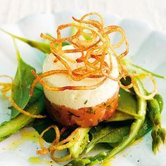 Asparagus mousse on salmon tartare- Spargel-Mousse auf Lachstatar If you do not like to eat raw fish, it just happens … - Meat Appetizers, Appetizer Recipes, Snack Recipes, Healthy Recipes, Salmon Tartare, Shrimp Recipes For Dinner, Asparagus Recipe, Eating Raw, Clean Eating