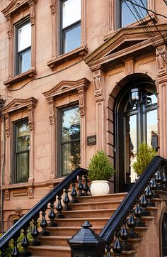 Designer Joan Enger spent several years, off and on, helping a client fine-tune a vintage townhouse in Hoboken, New Jersey. New York Architecture, Historical Architecture, Architecture Design, Brownstone Homes, Brooklyn Brownstone, Colonial Mansion, Modern Townhouse, New Jersey, Jersey City