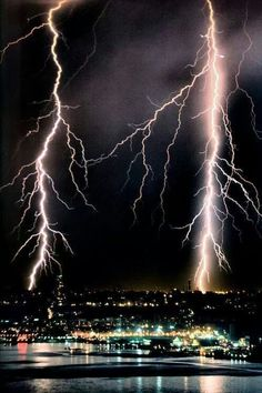 """""""If nature has anymore furry, it could be lights out in the five boroughs of New York City tonight."""" Electrical storm - New York City Pictures Of Lightning, Storm Pictures, Nature Pictures, Ride The Lightning, Thunder And Lightning, Lightning Strikes, Lightning Storms, All Nature, Science And Nature"""