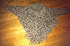 Freubel oma: Gebreide poncho Knitted Poncho, Shag Rug, Tweed, Knitting, Knits, Fashion, Baby Things, Knitting And Crocheting, Sacks