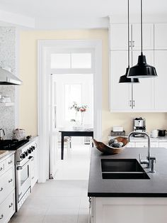 House tour: Modern monochromatic Victorian home - Style At Home Kitchen Dinning, Kitchen Decor, Kitchen Styling, Classic Kitchen, Minimal Kitchen, Cuisines Design, Home And Deco, Victorian Homes, Kitchen Interior