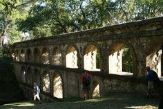 L'aqueduc de Balouvière à Laudun l'Ardoise n'est pas sans rappeler le célébre Pont du Gard. Néanmoins, bien plus récent que son grand-frère, l'aqueduc de Laudun date de la deuxième moitié du XIXème siècle et alimentait la ville en eau Le Gard, Pont Du Gard, Date, Outdoor Gardens, Camargue, Slate, Tourism