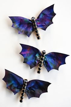 These coffee filter bats are such an easy Halloween craft to make with the kids!… These coffee filter bats are such an easy Halloween craft to make with the kids! They're fun, spooky, simple to make and surprisingly beautiful! Halloween Tags, Chat Halloween, Halloween Arts And Crafts, Fall Halloween, Crafts To Make, Halloween Tattoo, Vintage Halloween, Halloween Art Projects, Halloween Kid Activities