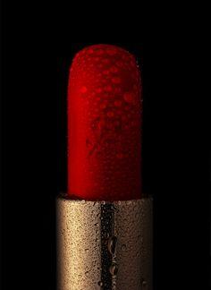 Still Life photographer Candice Milon - Rouge à lèvres Lancome - gros plan avec des gouttes d'eau #texture #cosmetics