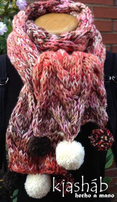 Bufanda-Cuello tejido en dos agujas y con Pom pones.