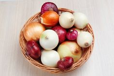 Onions: Health Benefits, Health Risks & Nutrition Facts Live Science yellow v white onion - Yellow Things Onion Benefits Health, Types Of Onions, Onion Juice, Onion Relish, High Fiber Foods, Wisdom Teeth, Heart Health, Natural Cures, Coconut Oil