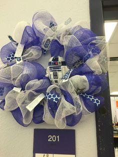 Star Wars R2-D2 deco mesh wreath Star Wars Birthday, Star Wars Party, Holiday Wreaths, Holiday Crafts, Star Wars Christmas Decorations, Star Wars Classroom, Diy Wreath, Wreath Ideas, Mesh Ribbon Wreaths