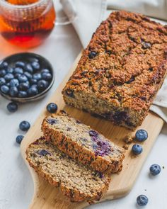 Banana bread with blueberries - Without butter, sugar and flour! Good Healthy Recipes, Healthy Baking, Martine Fallon, Easy Diner, Sin Gluten, Blueberry Banana Bread, Tasty, Yummy Food, Brunch