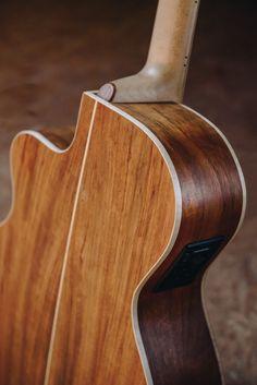 Classic Sound - Elektroakustická gitara - Barbtone elektroakustická gitara v tvare, ktorý padne do ruky. Vrchná doska je vyrobená z cédrového dreva, luby a zadná doska z afrického Ovangkolu.