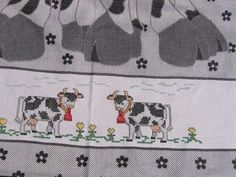 Kruissteek geborduurde rand met koeien op schort met een koe afbeelding.