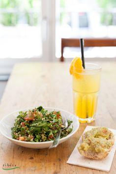 Unser Arabischer Tabouli-Salat (vegan) ist so beliebt, dass er nicht auf dem Sommerbuffet fehlen darf. Duftende frische Kräuter verströmen ihr Aroma bei jedem Bissen.