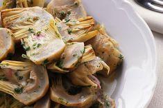 I carciofini in umido in padella con aglio e prezzemolo sono un delizioso contorno, un piatto alternativo ai carciofi alla romana più classici