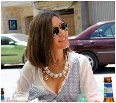 """New outfit con peto azul con labrado de corazones, blusa blanca y colgante de perlas e imperdibles con salteado de """"fideos"""" nacarados de la colección Capricho´s Isabella, disponible en la web http://isabella.es"""