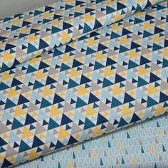 En vente chez Eurocouture en coupon en 1, 50 de Mondeville Caen. Tissu imprimé 100% coton  triangles gris/jaune/bleu sur fond blanc