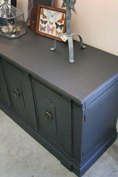Reloved Rubbish: Vintage Sideboard in Graphite. Paint side board and pew in Annie Sloan Graphite or Paris Grey. Furniture Update, Grey Furniture, Chalk Paint Furniture, Furniture Projects, Furniture Making, Furniture Makeover, Home Furniture, Distressed Furniture, Graphite Chalk Paint