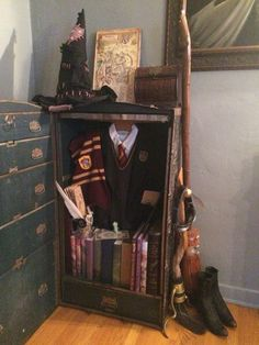 Harry Potter Cute way to display a collection without it looking like a shelf of dusty stuff Invest Objet Harry Potter, Cumpleaños Harry Potter, Harry Potter Bedroom, Harry Potter Outfits, Harry Potter Pictures, Harry Potter Universal, Harry Potter Display, Harry Potter Merchandise, Harry Potter Halloween