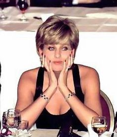 Divorce papers signed, sealed & delivered, Princess Diana has one year to live . Lol Diana looking stunningly beautiful, & completely bored! Princess Diana Photos, Princess Diana Family, Princess Kate, Princess Of Wales, Diana Fashion, Charles And Diana, Lady Diana Spencer, Queen Of Hearts, Thing 1