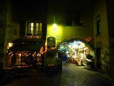 Vista nocturna de las calles de Annecy, Francia