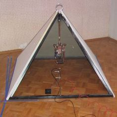 Austrian inventor Flavio Thomas (Trawoger) points out that the energy capture circuits are positioned in the geometric center of the pyramid. The materials that the pyramid is made from are less important for its function. Electrical Wiring Colours, Cheops Pyramid, Tesla Patents, Zero Point Energy, Pyramid Building, Future Energy, Tesla Coil, Diy Home Repair, Energy Projects