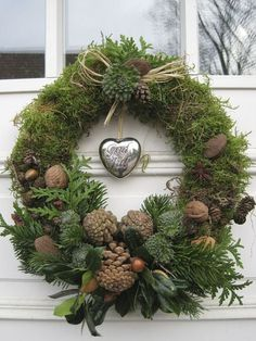 Moss wreath with pine cones, cedar, walnuts, acorns, cabbage flowers? Moss wreath with Natural Christmas, Noel Christmas, Rustic Christmas, Beautiful Christmas, Christmas Ornament, Office Christmas, Ornaments, Pinterest Christmas Crafts, Moss Wreath