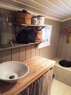 Randi Moseid synes det er helt greit at hytta ikke har innlagt vann. Side Porch, Cottage Furniture, Bath Caddy, Small Bathroom, Rustic Decor, Toilet, Sweet Home, New Homes, Kitchen Cabinets