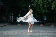 Braut hüpft fröhlich auf der Straße
