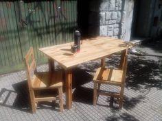 Mesa y sillas de pallets y pino tea recuperadas.