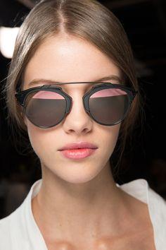 Christian Dior apresenta em Paris sua Coleção Primavera 2016. Óculos De Sol  ... 9177618e61