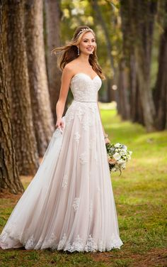 With its figure-flattering, A-line silhouette, this boho wedding gown highlights your waist with its romantic, sweetheart neckline.