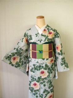 浴衣「ローズガーデン」画像:豆千代モダン 新宿店 Yukata Kimono, Kimono Fabric, Japanese Outfits, Japanese Clothing, Modern Kimono, Kimono Design, Kimono Pattern, Traditional Dresses, Traditional Japanese