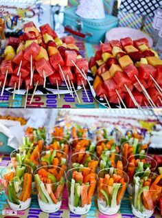 Love this idea of the fruit skewers and veggie cups with ranch dip on bottom Fruit Kabobs Kids, Fruit Snacks, Y Food, Good Food, Veggie Cups, Picnic Birthday, Fruit Cups, New Fruit, Summer Recipes