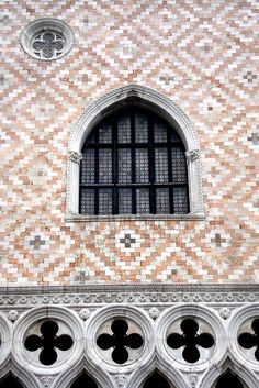 1439 - Exterior  Detail - Doges's Palace Window