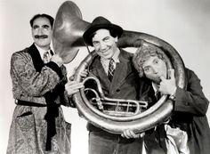 """Nascidosem Nova Iorque, os irmãos Chico, Harpo, Groucho, Gummo e Zeppo levaram, nos anos 20, a comédia aos teatros, cinemas e, por fim, à televisão.A Caixa Cultural Rio de Janeiro apresenta, de 19 a 31 de março, a mostra Retrospectiva Irmãos Marx, com 19 filmes estrelados pelos irmãos que influenciaram, e ainda influenciam, diversas vertentes...<br /><a class=""""more-link""""…"""