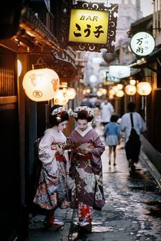 vintagegal: Burt Glinn- Two apprentice Geishas on their way to evening appointments in Kyoto. Japan, 1961 (via) vintagegal: Burt Glinn- Two apprentice Geishas on their way to evening appointments in Kyoto. Japan, 1961 (via) Japan Design, Japanese Culture, Japanese Art, Japanese Kimono, Osaka, Vietnam, Japon Tokyo, All About Japan, Memoirs Of A Geisha