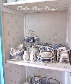 I definitely want to start collecting blue & white dishes, as soon as I have a china cabinet to display them!