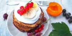 Vegaaniset pannukakut kookoskermavaahdolla – katso resepti! Kuva: Lilli Munck #resepti #vegaaninen #pannukakut #letut #kookos #terveellinen Pancakes And Waffles, Smoothie, Hamburger, Cheesecake, Healthy, Breakfast, Ethnic Recipes, Desserts, Food