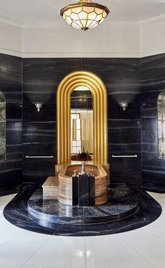 Le palais Umaid Bhawan en Inde : La salle de bains de la maharani se décline en marbre mordoré et noir, en staff doré et en traits d'Inox, soit en une luxueuse  anoplie Art déco. À noter:  la baignoire est taillée dans un seul et unique bloc de marbre. © Alexis Armanet
