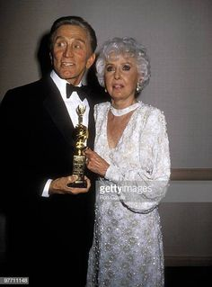 Actor Kirk Douglas and actress Barbara Stanwyck attend the Annual Golden Globe Awards on January 1986 at Beverly Hilton Hotel in Beverly Hills, California. Get premium, high resolution news photos at Getty Images Kirk Douglas, Hollywood Glamour, Hollywood Stars, Classic Hollywood, Old Hollywood, Stanley Kubrick, Classic Actresses, Actors & Actresses, Santa Monica