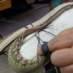 Cucitura scarpa su Forma in legno