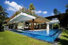 Los arquitectos han tomado nota y cada vez diseñan más piscinas de fibra de vidrio, permitiendo vistas tanto dentro y como fuera del agua.