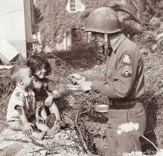 A technician shares his meal with Italian kids (1943)