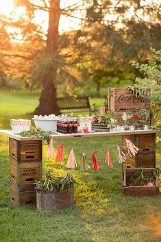 75 fruit box decoration ideas for a rustic wedding - living ideas .- 75 Obstkisten Deko Ideen zur rustikalen Hochzeit – Wohnideen und Dekoration 75 fruit boxes decoration ideas for a rustic wedding buffet made of wood - Wedding Food Bars, Wedding Table, Wedding Ideas, Wedding Backyard, Wedding Cakes, Wedding Rustic, Diy Wedding, Party Wedding, Backyard Movie