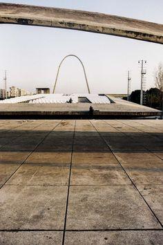 Imagem 9 de 24 da galeria de Fotógrafo registra arquiteturas inacabadas de Niemeyer no Líbano. © Anthony Saroufim