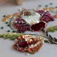.  . Добрый вечер! По старой доброй традиции освободилось место на мастер класс техники 25 сентября. Пишем в вотсап вибер! Tambour Embroidery, Couture Embroidery, Types Of Embroidery, Gold Embroidery, Embroidery Fashion, Modern Embroidery, Embroidery Applique, Embroidery Patterns, Creative Textiles