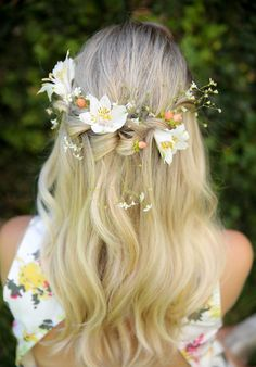 Penteados com flores Wedding Braids, Hair Comb Wedding, Wedding Hair And Makeup, Bridal Hair, Crown Hairstyles, Bride Hairstyles, Pelo Multicolor, Medieval Hairstyles, Hair Wreaths