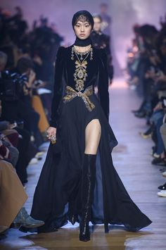 Elie Saab at Paris Fashion Week Fall 2018 - Every Gorgeous Fall 2018 Runway Dress From Paris - Photos Fashion Week, Look Fashion, High Fashion, Fashion Beauty, Fashion Show, Fashion Design, Fashion Trends, Style Haute Couture, Couture Fashion