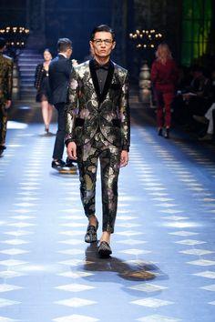 Dolce&Gabbana Fall Winter Menswear Fashion Show Men Fashion Show, Mens Fashion Week, Mens Fashion Suits, Blazer Fashion, Men's Fashion, Dolce And Gabbana Man, Body, People, Menswear