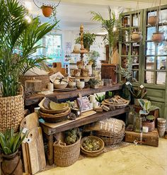 Gift Shop Interiors, Store Interiors, Vintage Store Displays, Vintage Display, Merchandising Displays, Retail Displays, Summer Store, Boutique Deco, Shop Fittings